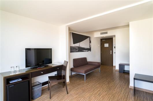 Family Room (3 Adults + 1 Child)